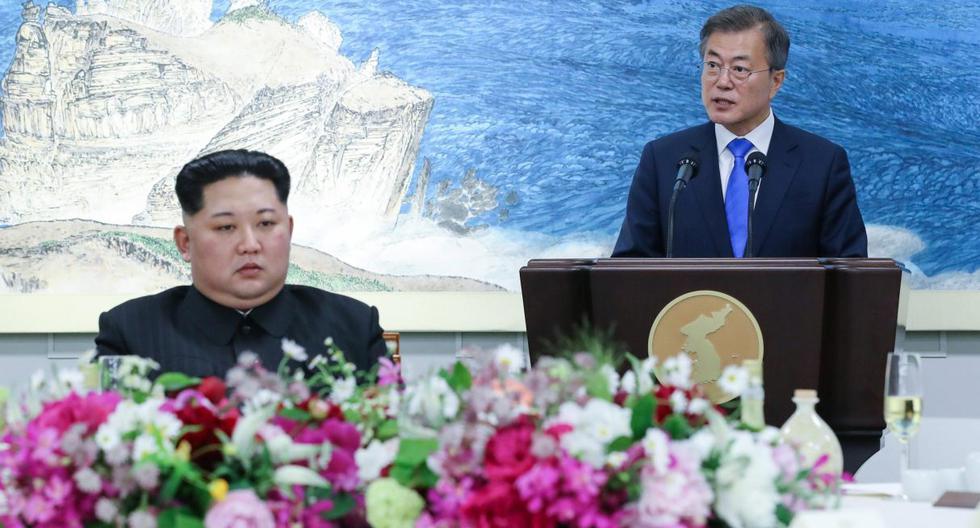 Imagen referencial del 27 de abril de 2018. El líder norcoreano Kim Jong-un, brinda con el presidente surcoreano, Moon Jae-in, durante un banquete celebrado en Peace House. (EFE/ Korea Summit Press / Pool).