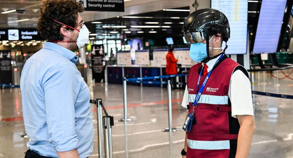 Imagen referencial. Un empleado del aeropuerto de Fiumicino en Roma es visto utilizando en medio de la pandemia del coronavirus un termoescáner portátil el pasado 5 de mayo de 2020. (ANDREAS SOLARO / AFP).