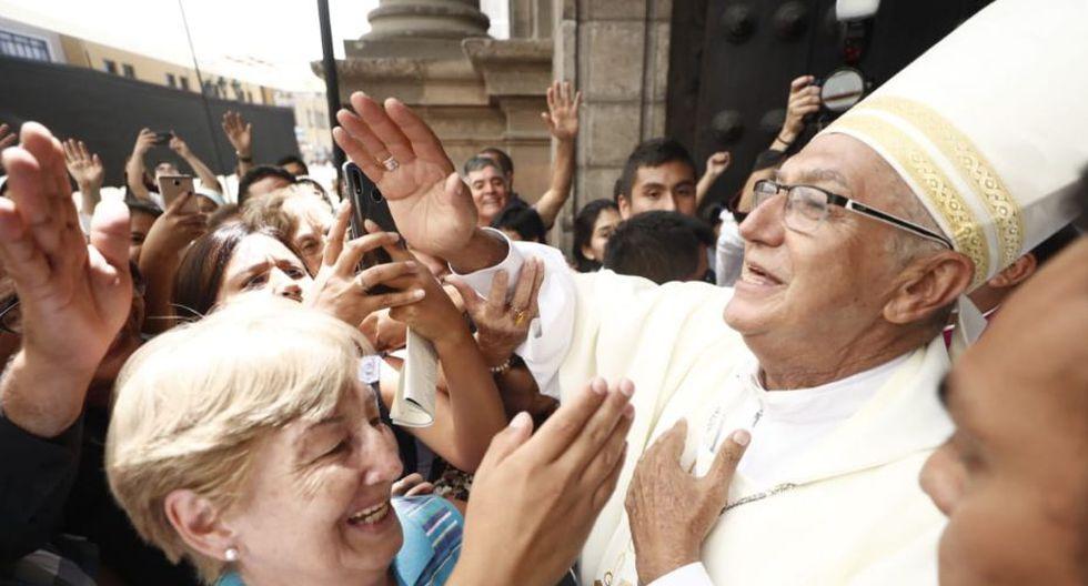 El arzobispo de Lima saludando a todos los feligreses. (Foto: GEC/Cesar Campos)