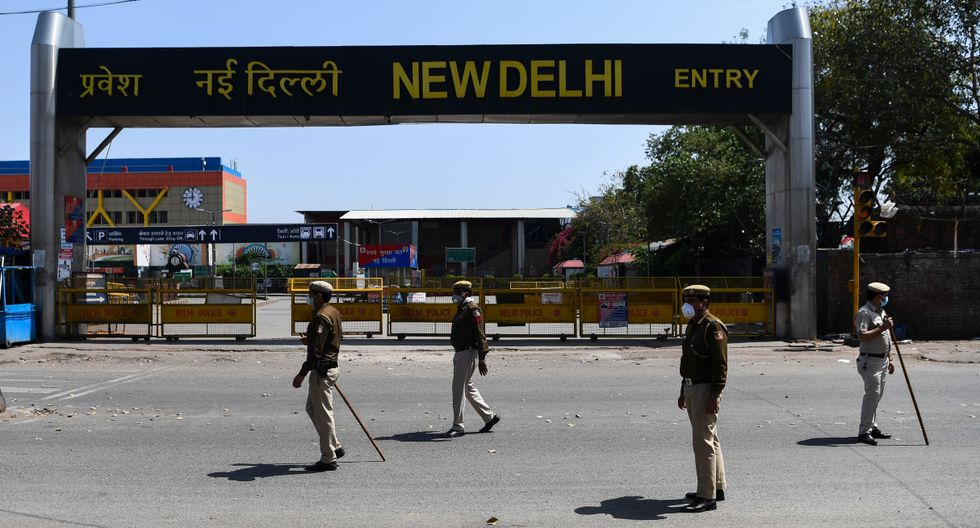 """A última hora de la tarde del martes, el primer ministro indio, Narendra Modi, anunciaba el comienzo del """"confinamiento total"""" durante 21 días, desencadenando el miedo entre la gente que comenzó a formar colas en los establecimientos. (AFP)."""