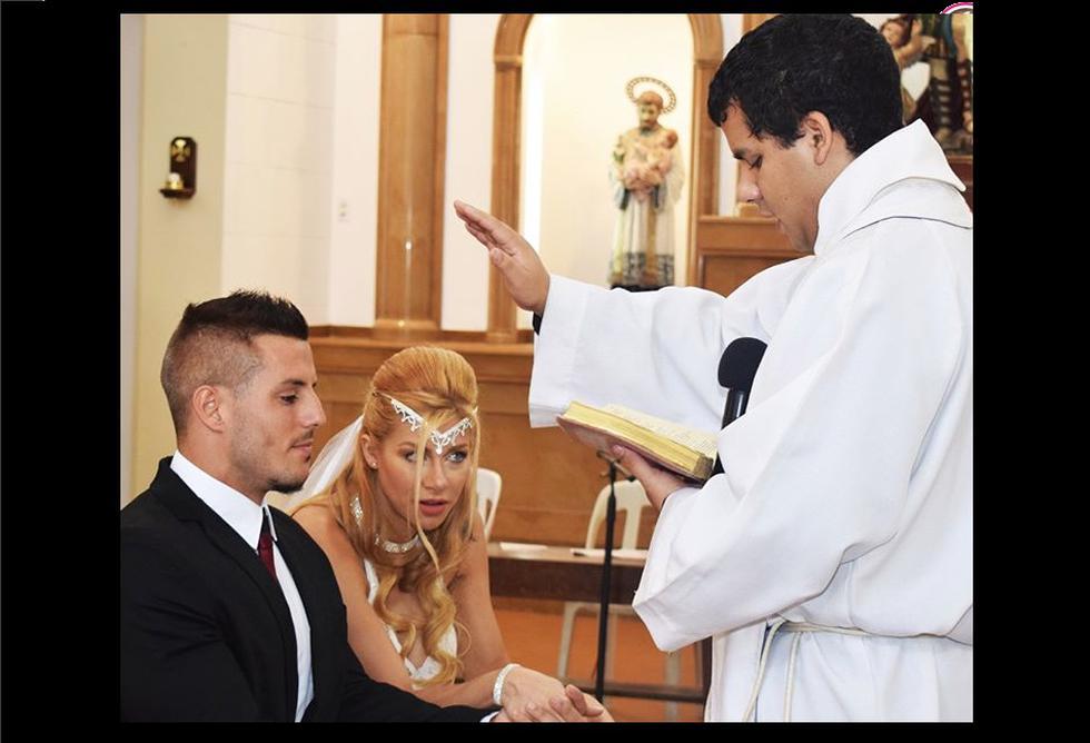 Xoana González lució muy bella con su vestido blanco de encaje. Aunque no llevó la tradicional cola, en su cabello tuvo puesto una tiara. (Instagram)