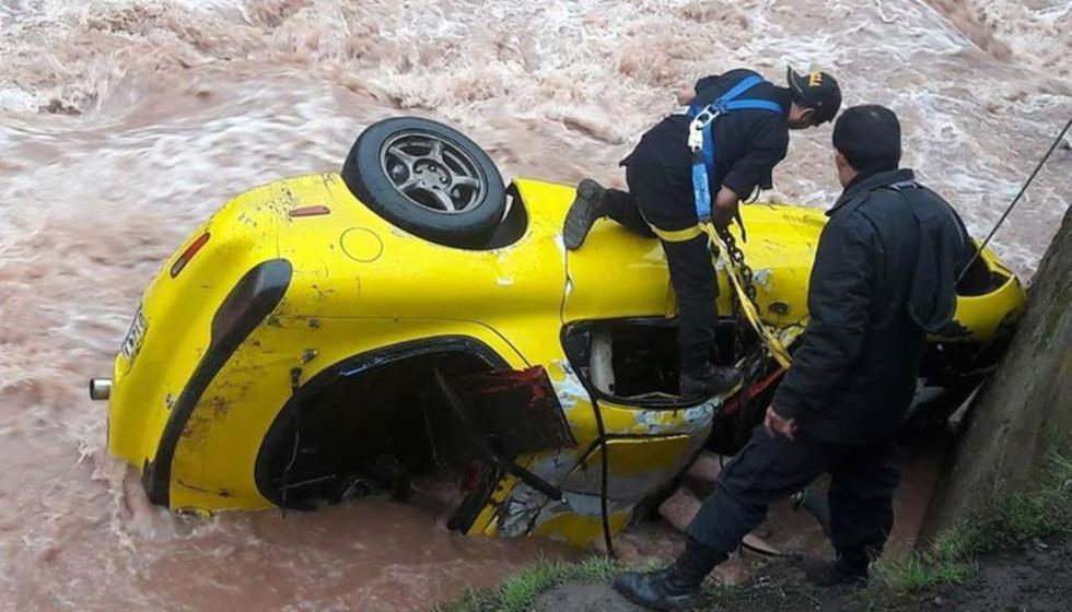 Automóvil amarillo cayo al río Blanco. (Andina)