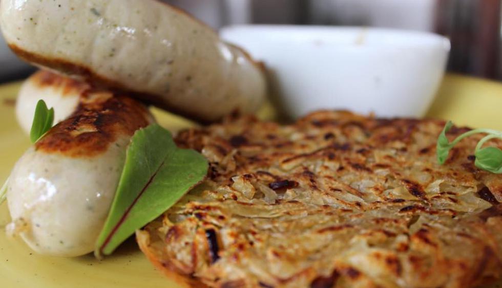 El rosti de papa con salchicha blanca y salsa de cebolla del restaurante Zsa Zsa. (Foto: Facebook Zsa Zsa)