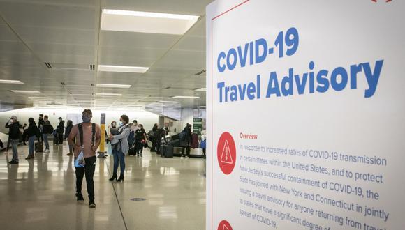 Trump anunció que levantaría las restricciones para viajeros que arriben a Estados Unidos, pero la administración de Joe Biden dijo que no sucederá. (Foto: Kena Betancur / AFP)