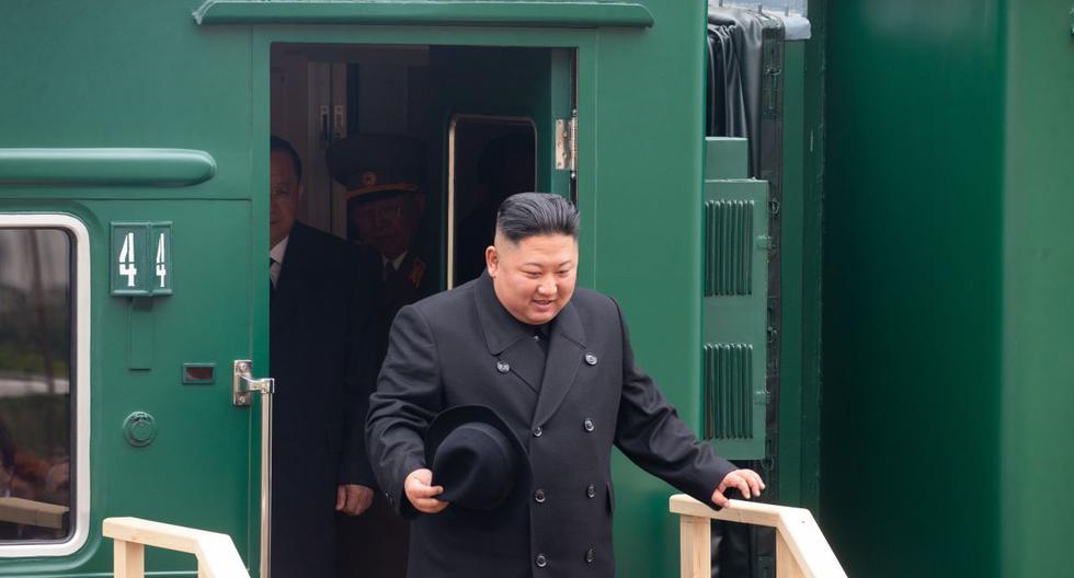 El líder norcoreano Kim Jong-un desembarcando de su tren blindado privado en una estación en la ciudad fronteriza rusa de Khasan. (Referencial/AFP/ALEXANDER SAFRONOV).