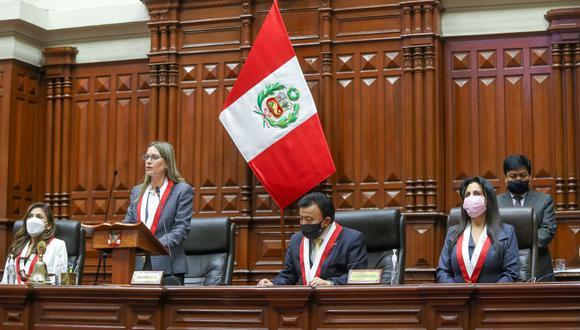 María del Carmen Alva, presidenta del Congreso, será quien entregue la banda presidencial al presidente electo Pedro Castillo (Congreso).