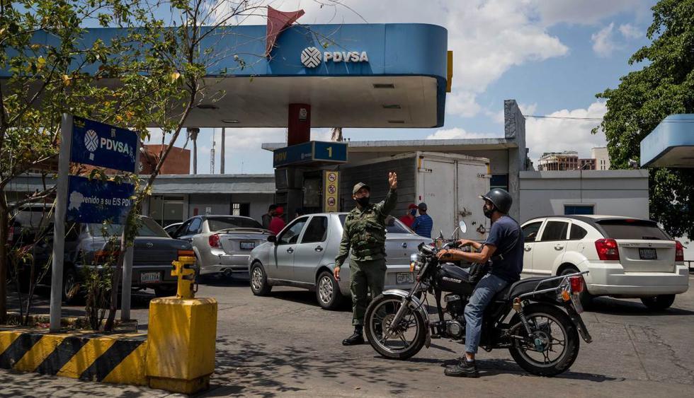 Militares custodian una estación de gasolina este jueves en Caracas (Venezuela). Durante la jornada se reportaron largas colas en varias partes del país. (EFE/Miguel Gutiérrez).
