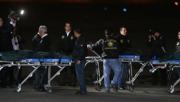 Los cuerpos de los terroristas llegaron anoche a Lima. (Martín Pauca)