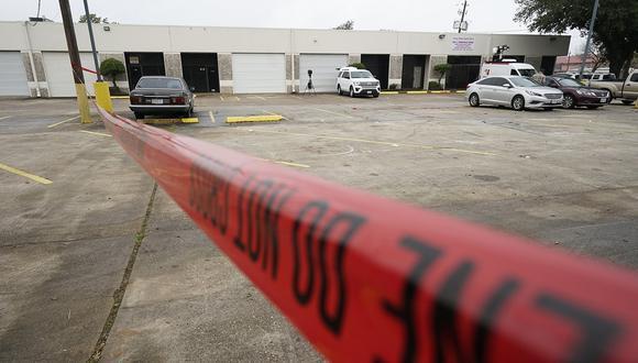 La cinta de la escena del crimen policial se muestra en un estacionamiento después de un tiroteo mortal en Houston. Varias personas resultaron heridas cuando un grupo que filmaba un video. (Foto: AP)