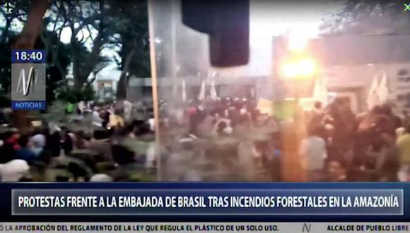 Manifestantes llegaron a la Embajada de Brasil en Lima para protestar por el incendio en la Amazonía brasileña. (Foto: Captura Canal N)