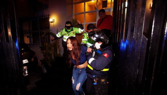 Una mujer y hombre fueron detenidos esta madrugada tras protagonizar una discusión dentro de departamento ubicado en San Isidro. (Foto: Cesar Grados/@photo.gec)