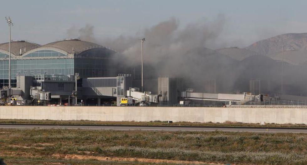 El fuego afectó unos 1.200 m2 de techo de la terminal, según los servicios de emergencia de Valencia. (EFE)