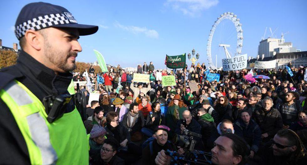 """""""Si continuamos así, nos enfrentamos a una extinción peor que la que mató a los dinosaurios"""", dijo a la cadena BBC Tiana Jacout, miembro de ese grupo, que cifró en unas 6 mil personas en la protesta. (Foto: EFE)"""