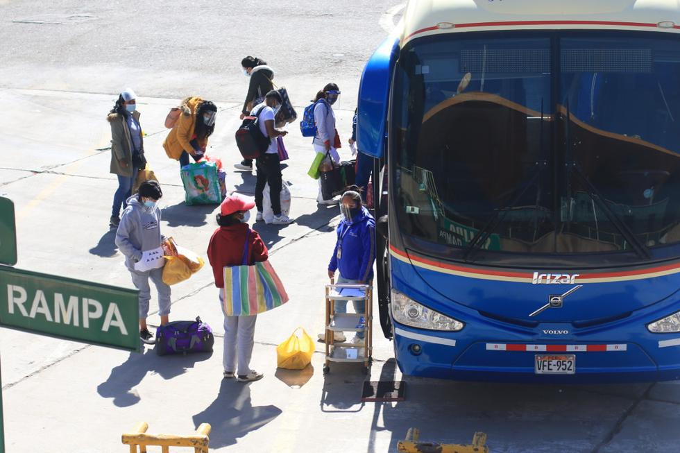 El ministro de Salud, Óscar Ugarte, informó que a partir de hoy lunes 5 de julio se suspenderá el cerco epidemiológico en Arequipa, el mismo que se aplicaba desde el 21 de junio debido al aumento de casos y muertes por coronavirus (COVID-19), y por la detección de tres personas con la variante india (Delta) en la región. Sin embargo, las restricciones de alerta extrema, como los aforos reducidos y el toque de queda, estarán vigentes hasta el 11 de julio en las provincias de Arequipa, Camaná, Islay, Caylloma, Caravelí y Castilla. (Foto: Eduardo Barreda / GEC)