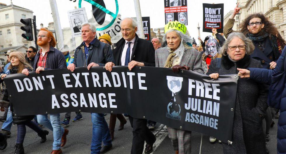 La diseñadora de moda Vivienne Westwood, el padre de Assange, John Shipton y el editor en jefe de WikiLeaks, Kristinn Hrafnsonn se unen a la manifestación. (EFE).