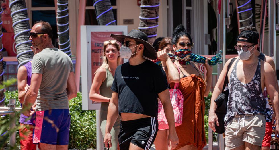 Personas usando tapabocas caminan en el paseo turístico de Ocean Drive en Miami Beach, Florida.  (Foto: EFE/Giorgio Viera)