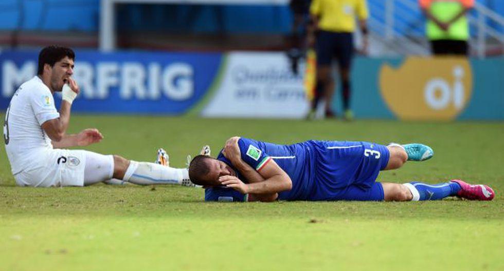 Suárez mordió a Giorgio Chiellini en partido que decidió pase a octavos de Uruguay. (AFP)