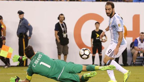 Gonzalo Higuaín sumó otro capítulo a su historial de goles fallados en finales con Argentina. (AP)