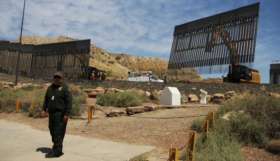 Son 800 metros de barrotes de acero en el punto donde se unen los estados de Texas y Nuevo México, frente a la mexicana de Ciudad Juárez, Chihuahua. (Fotos: AFP)