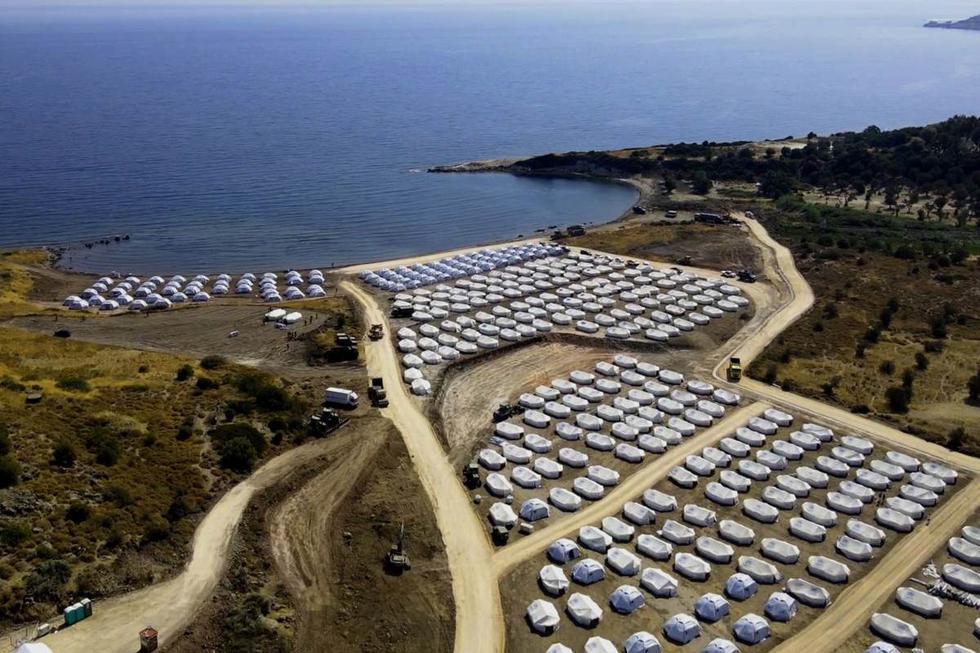 Según medios locales, las 9.000 personas, que en su mayoría son familias jóvenes y menores (el 40 % de los antiguos residentes de Moria son menores), han sido registradas y se ha iniciado el proceso para examinar sus solicitudes de asilo. (EFE/EPA/VANGELIS PAPANTONIS).