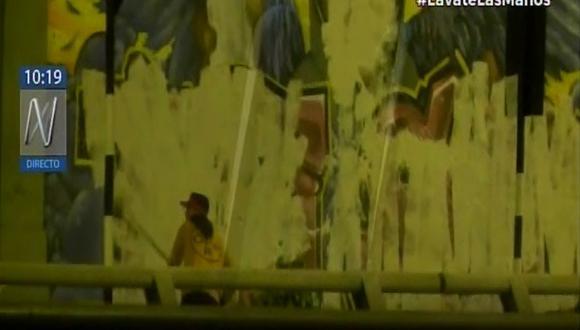 Los sujetos llegaron en la madrugada para borrar el mural en homenaje a ack Bryan Pintado e Inti Sotelo. (Canal N)