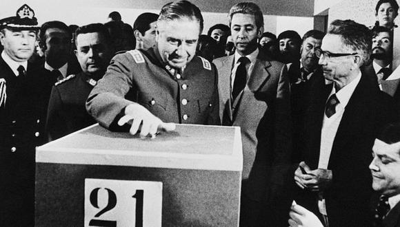 El general Pinochet durante el referendo para aprobar la Constitución de 1980. (Getty Images).