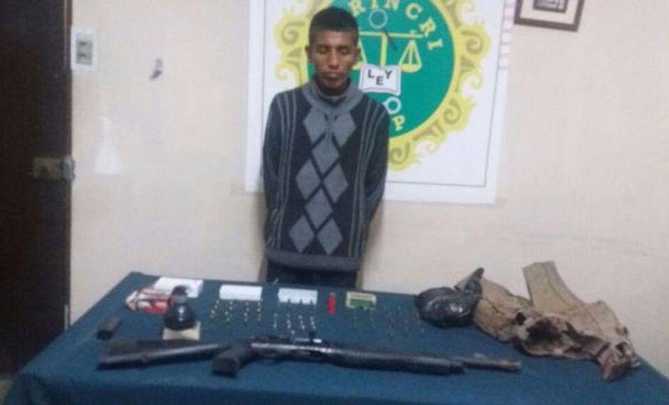 El delincuente tenía enterrado en su casa una granada de guerra y gran cantidad de municiones (Policía Nacional del Perú)