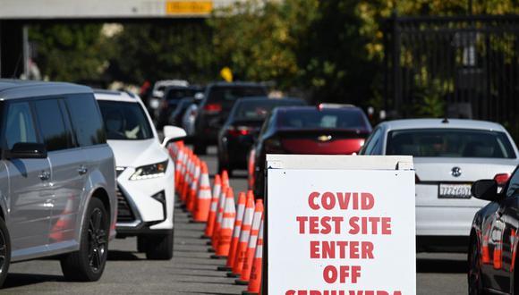 Personas llegan en automóviles para hacerse test de COVID-19 en un sitio de pruebas de coronavirus en Los Ángeles, California. (Robyn Beck / AFP)