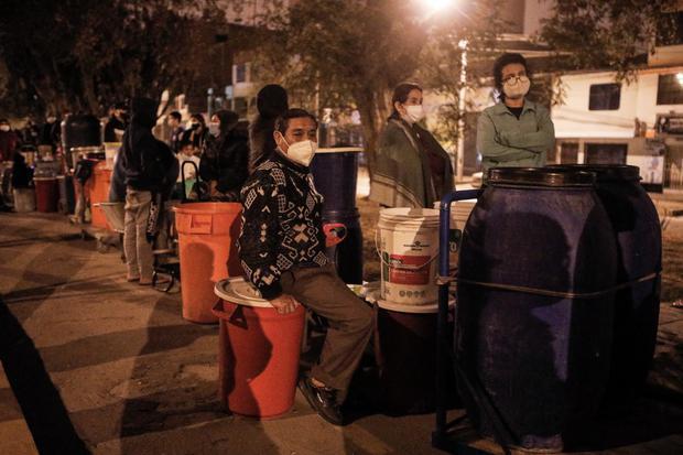 Vecinos se amanecen para abastecerse de agua tras corte de servicio en SJL. Foto: Joel Alonzo/@photo.gec