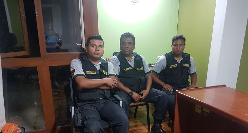 Sus colegas los detuvieron. Los tres policías negaron el ilícito.