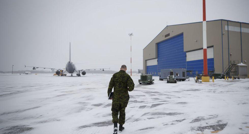El aparato, alquilado por el gobierno, tocó suelo a las 06:30 horas en esta base militar ubicada a 170 kilómetros al noreste de Toronto, tras una escala en Vancouver. Transporta a 176 pasajeros. (AFP).