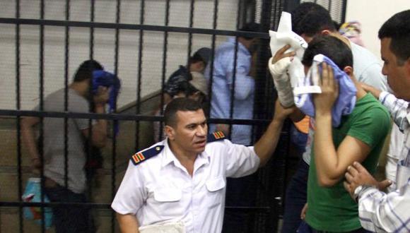 Los ochos jóvenes, quienes ocultaban sus caras con periódicos, fueron condenados a la pena máxima. (EFE)