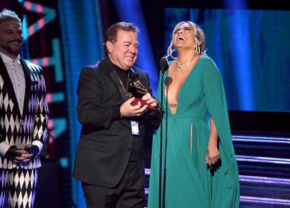 Grammy Latino 2018: Karol G gana 'Mejor nuevo artista' y celebra junto a su padre (Foto: AFP)