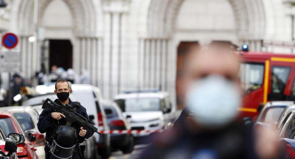Policías armados aseguran la calle cerca de la entrada de la iglesia Basílica de Notre Dame en Niza, Francia, el 29 de octubre de 2020, tras un ataque con cuchillo. (EFE/EPA/SEBASTIEN NOGIER).