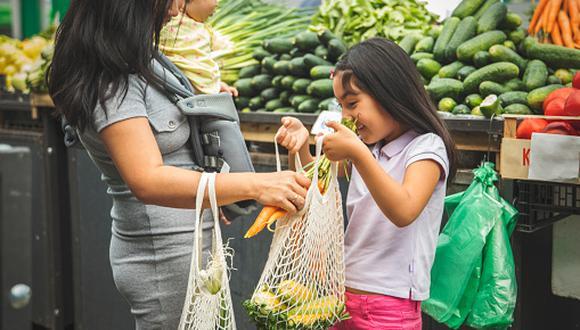 """La especialista señala que el alza de los productos de la canasta básica familiar dependerá """"de cuánto se incrementen los precios internacionales; y en segundo lugar en cuanto se incremente el precio del dólar"""". (Foto: Getty Images)"""