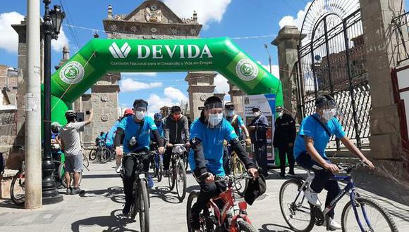Puno:  en delegaciones de 30 personas, los participantes salieron desde el centro turístico del Arco Deustua y recorrieron más de cinco zonas turísticas. (Foto: Devida)