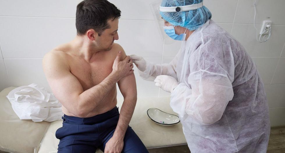 Imagen muestra al presidente ucraniano Volodymyr Zelensky recibiendo una inyección con la vacuna AstraZeneca (Covishield) en un Hospital Militar Móvil durante su visita al Este. (EFE/EPA/PRESIDENTIAL PRESS SERVICE OF UKRAINE).