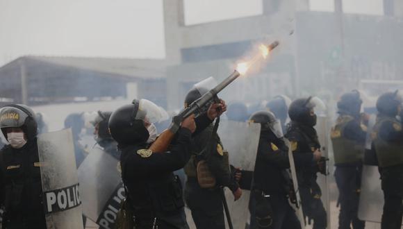 Policías respondieron ataques usando bombas lacrimógenas. (Foto: César Grados /@photo.gec)