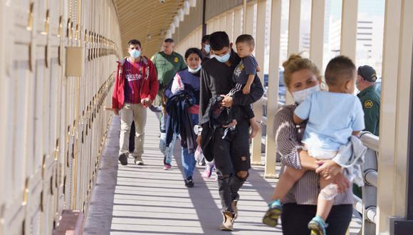 Los migrantes que cruzaron a Estados Unidos en el Valle del Río Grande y fueron trasladados en avión a El Paso, Texas, son expulsados a México, visto desde Ciudad Juárez el 6 de abril de 2021 (Foto: Paul Ratje / AFP).