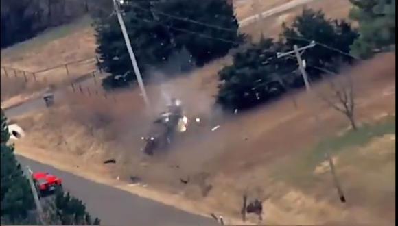 La maniobra realizada por la Patrulla de Carreteras de Oklahoma causó que el auto ruede y choque con un poste de luz. (Foto: Captura)