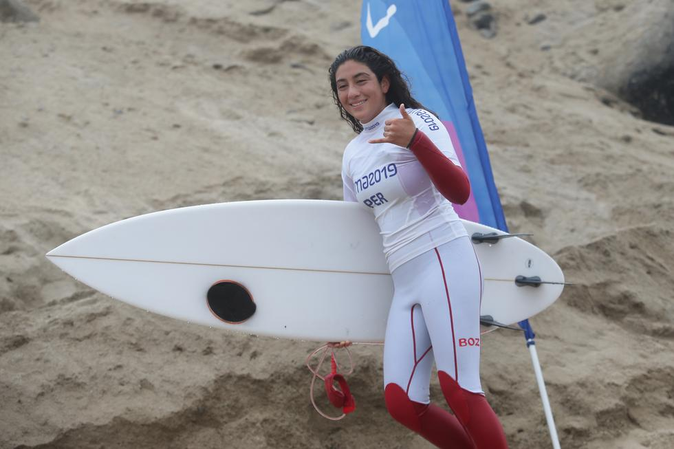 Daniella Rosas en busca del oro en la final del surf open contra ecuatoriana Dominic Barona. (Jesús Saucedo)