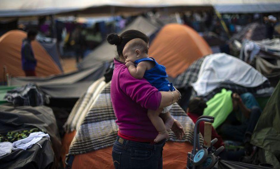 Los miles de migrantes, la mayoría familias hondureñas con niños, viven desde hace más de una semana a la intemperie.   Foto: AFP