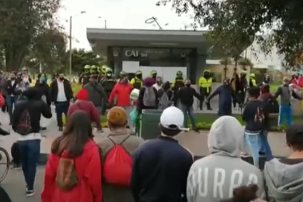 Un grupo de ciudadanos en la zona de Fontibón, Bogotá armaron una cadena humana alrededor del Comando de Acción Inmediata (CAI) de Sabana Grande con el objetivo de proteger a los policías. (Captura de video / YouTube).