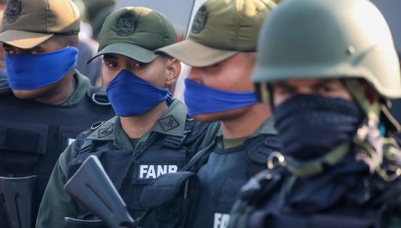 Fotografía de archivo del 30 de abril donde se observa a un grupo de militares tomar parte en una manifestación en apoyo a Juan Guaidó en Caracas (Venezuela). (EFE/MIGUEL GUTIERREZ).