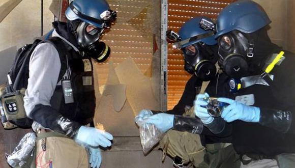 Inspectores de la ONU durante la toma de muestras en las afueras de Damasco, a fines de agosto. (AP)