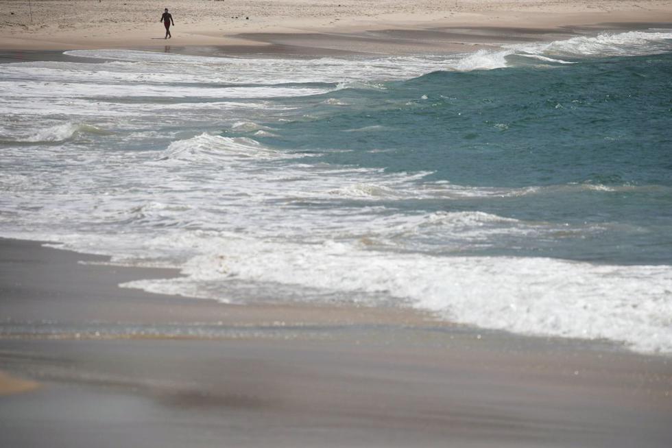 Los habitantes de Río de Janeiro no podrán disfrutar de sus playas este fin de semana, cerradas para contener el coronavirus que solo el viernes dejó más de 2.800 muertos en Brasil. (Texto: AFP / Foto: Reuters).