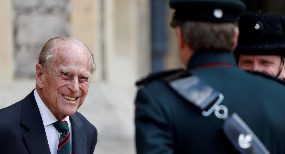 El príncipe Felipe habla con el asistente del coronel comandante, el mayor general Tom Copinger-Symes, durante el traslado del coronel en jefe de los rifles en el Castillo de Windsor en Reino Unido, el 22 de julio de 2020. (Adrian Dennis/Pool/REUTERS).