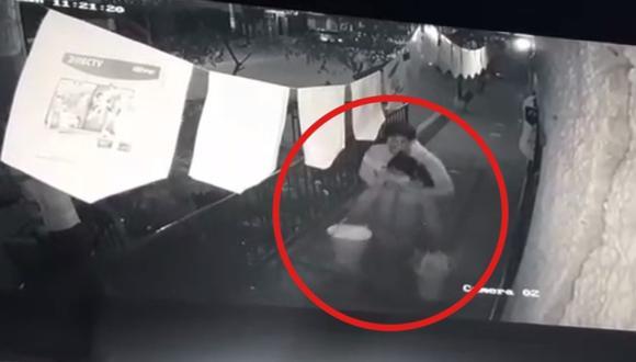 Cámaras de seguridad captaron cuando sujeto secuestró a menor de edad. (Captura de video)