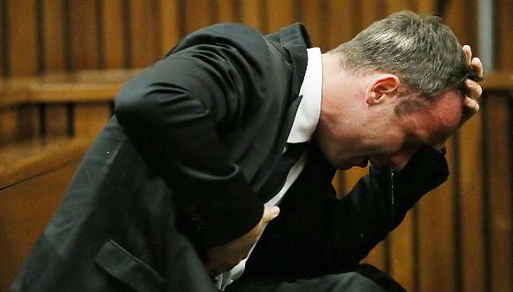 Oscar Pistorius vomita al describir los momentos previos a cuando mató a su novia. (AFP)