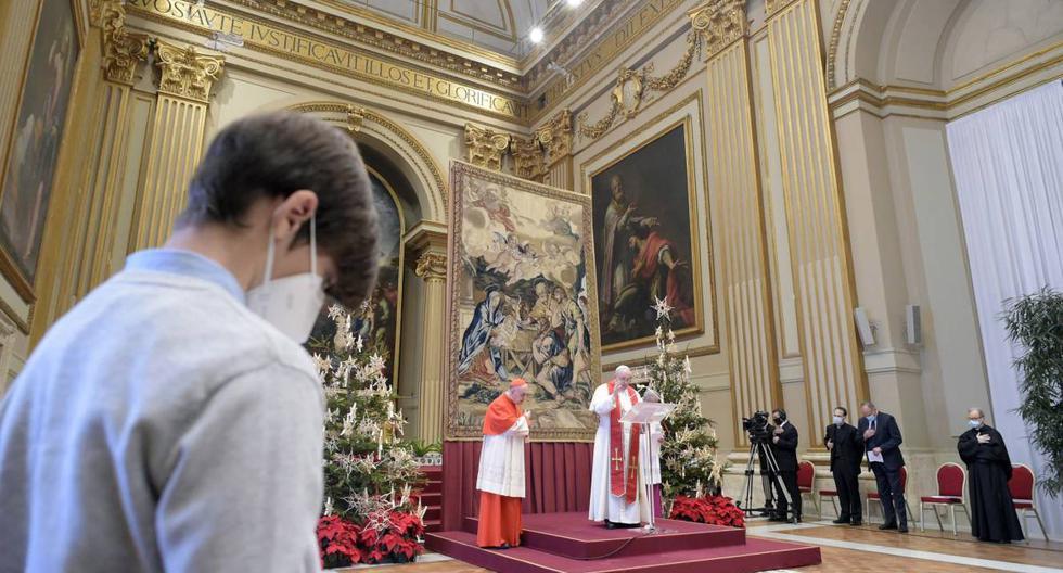 Papa Francisco (centro) entrega su mensaje navideño Urbi et Orbi en el aula Benedizioni (salón de las bendiciones) en el Vaticano , 25 de diciembre de 2020. (EFE/EPA/VATICAN MEDIA).